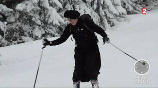 Un curé en soutane fait du ski aux Gets (Haute-Savoie) (France 2)