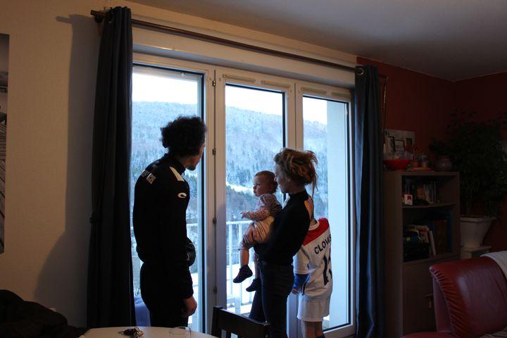 Candice, ses parents et son grand frère dans leur appartement à Septmoncel (Jura), le 5 février 2020. (GUILLEMETTE JEANNOT / FRANCEINFO)
