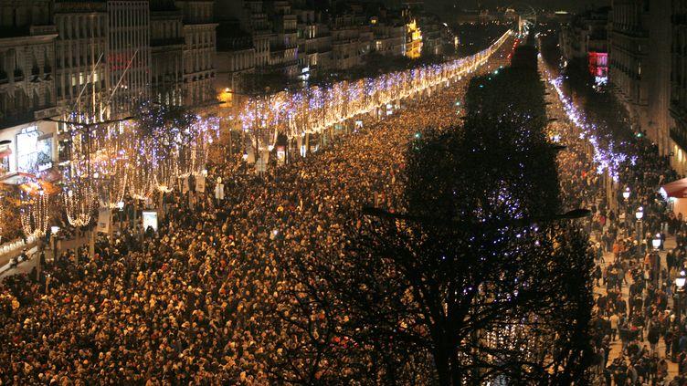 Quelque 650 000 personnes célèbrent le nouvel an sur les Champs-Elysées, à Paris, le 31 décembre 2014. (MATTHIEU ALEXANDRE / AFP)