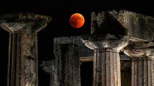 L'éclipse a offert un étonnant ballet au-dessus du temple d'Apollon à Corinthe (Grèce). (VALERIE GACHE / AFP)