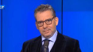 """L'animateur Frédéric Haziza sur le plateau de l'émission """"Questions d'info"""" sur la chaîne LCP, le 11 janvier 2018. (LCP / DAILYMOTION)"""