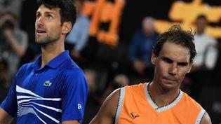 Le Serbe Novak Djokovic célèbre sa victoire contre l'Espagnol Rafael Nadal lors de la finale du simple messieurs, du14e jourde l'Open à Melbourne (Australie). Le27 janvier 2019. (GREG WOOD/AFP)