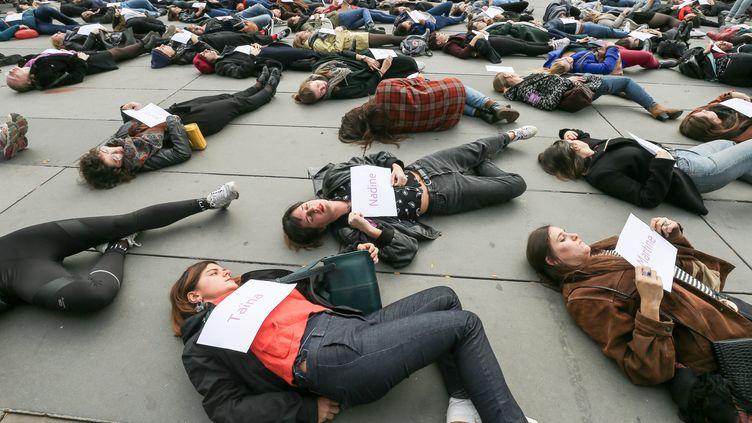 """Des militantes féministes effectuent un """"die-in"""", le 19 octobre 2019 sur la place de la République, à Paris,afin de sensibiliser le grand public à la question des féminicides. (MICHEL STOUPAK / NURPHOTO / AFP)"""