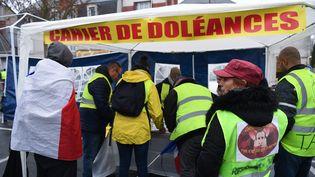 """Des cahiers de doléances ont été mis à disposition dans les mairies, ou accessibles lors de manifestations de """"gilets jaunes"""", comme ici à Bourges, le 12 janvier 2019. (ALAIN JOCARD / AFP)"""