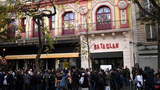 Des personnes devant le Bataclan, le 13 novembre 2017 à Paris. (STEPHANE DE SAKUTIN / AFP)