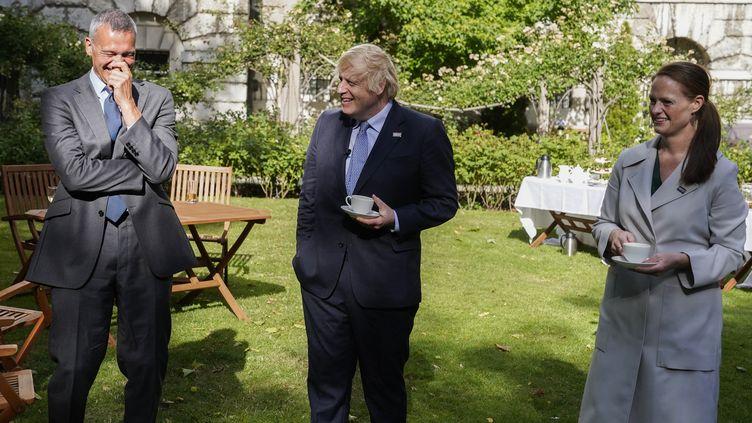 Jenny McGee, infirmière à l'hôpital St Thomas (à droite), le Premier ministre Boris Johnson (au milieu) et Nick Price, expert des maladiesinfectieuseset consultant (à gauche), à Londres (Grande-Bretagne), le 5 juillet 2020. (ANDREW PARSONS / 10 DOWNING STREET / AFP)