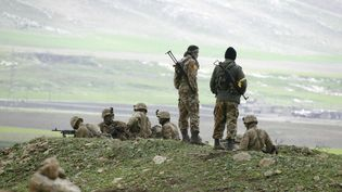 Deux combattants peshmergas kurdes dans la ville de Harir, au nord d'Arbil, le 27 mars 2003. (JOSEPH BARRAK / AFP)
