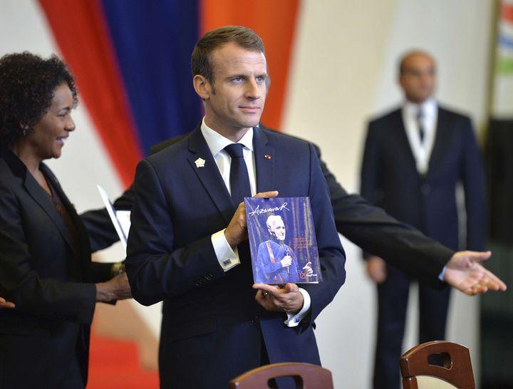 Emmanuel Macron rend hommage à Charles Aznavour lors du sommet de la Francophonie, le 11 octobre 2018 à Erevan  (Davit Hakobyan / AP / Sipa)