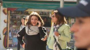 Dans une ville en Sardaigne, les piétons sont verbalisés s'ils traversent la rue en consultant leur téléphone portable. (FRANCE 2)