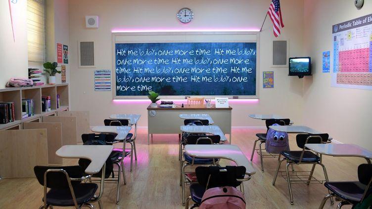 """La """"salle de classe"""" du clip """"Baby one more time"""" de Britney Spears, au musée immersif """"The Zone"""", à Los Angeles (Californie). (FREDERIC J. BROWN / AFP)"""