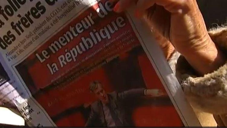 A Marseille (Bouches-du-Rhône), un lecteur du journal local découvre les aveux de Jérôme Cahuzac, qui a confirmé détenir un compte bancaire à l'étranger le 2 avril 2013. (FRANCE 2 / FRANCETV INFO)