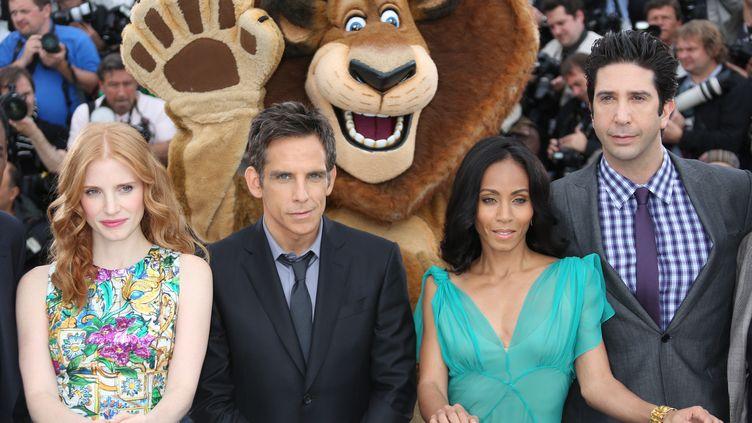"""Jessica Chastain, Ben Stiller, Jada Pinkett Smith et David Schwimmer : les acteurs qui prêtent leur voix aux animaux héros de """"Madagascar 3"""", au festival de Cannes, le 18 mai 2012. (LOIC VENANCE / AFP)"""