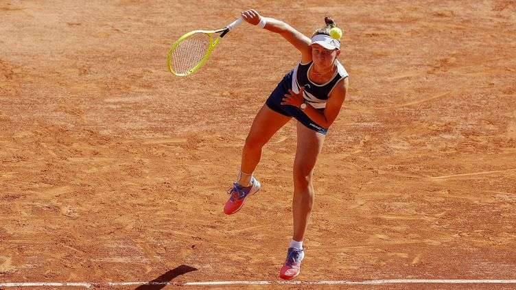 La joueuse tchèqueBarbora Krejcikova lors de sa demi-finale de Roland-Garros face à la GrecqueMaria Sakkari, le 10 juin 2021. (NICOL KNIGHTMAN / NICOL KNIGHTMAN / AFP)