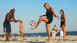Leçon de football sur la plage de Copacabana, le 5 février 2014. (RIAN FABRICIO CLOCK DE GOMES / AFP)