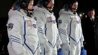 Les astronautes Peggy Whitson, Oleg Novitski et Thomas Pesquet en combinaison spatiale, le 17 novembre 2016 à Baïkonour (Kazakhstan), avant leur départ pour la Station spatiale internationale, et un voyage de 48 heures dans l'espace sans toilettes. (REUTERS)