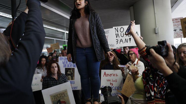 A San Francisco, Kayla Razavi, dont la famille a émigré d'Iran, s'adresse à la foule pendant une manifestation contre le décret anti-immigration de Donald Trump, le 28 janvier 2017. (STEPHEN LAM / GETTY IMAGES NORTH AMERICA)