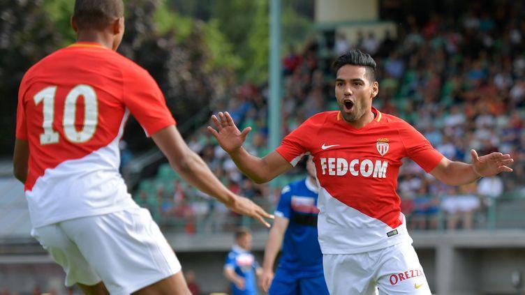 Kylian Mbappé (numéro 10, de dos) et Radamel Falcao se congratulent lors de la victoire de l'AS Monaco face à Stoke City (4-2) en match amical. (FABRICE COFFRINI / AFP)