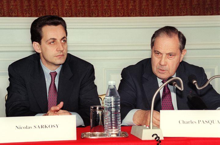 Nicolas Sarkozy, maire de Neuilly-sur-Seine, écoute le ministre de l'Intérieur, Charles Pasqua, lors d'une conférence de presse, le 15 mai 1993, à l'issue de la prise d'otages à l'école maternelle Commandant Charcot. (PIERRE VERDY / AFP)