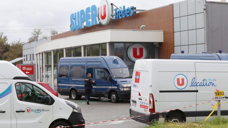 Des policiers en faction devant le Super U après l'attaque, à Trèbes, le 24 mars 2018. (BOYER CLAUDE / MAXPPP)