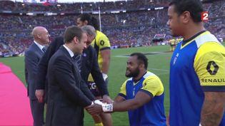 Le président de la République, Emmanuel Macron, salue les joueurs de Toulon et Clermont avant la finale du Top 14 au stade de France, le 4 juin 2017. (FRANCE 2)
