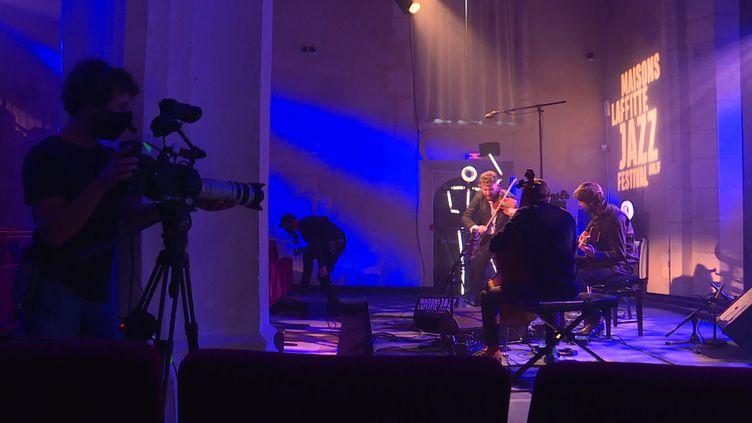 Le Théo Ceccaldi Trio Django lors de l'enregistrement de son concert pour la 16e édition digitale du Maisons-Laffitte Jazz Festival. (G.Bezou / France Télévisions)
