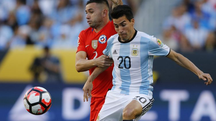 L'Argentin Nicolas Gaitan contre le Chili.  (MEXSPORT/ PHOTOSPORT/ ANDRES PIN / MEXSPORT)