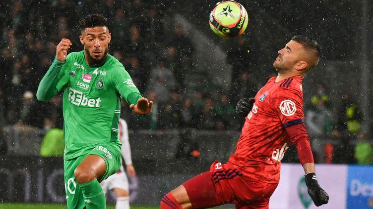 Anthony Lopes au duel contre Denis Bouanga en Ligue 1, au Stade Geoffroy-Guichard, le 3 octobre 2021. (PHILIPPE DESMAZES / AFP)