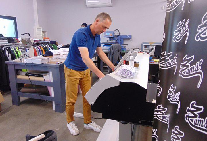 Jean-François Blanchard dans son entreprise de flocage textile, le 2 juillet 2020, àReims(Marne). (FABIEN MAGNENOU / FRANCEINFO)