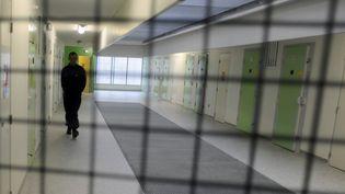 Un surveillant pénitentiaire, dans le hall de la prison de Rodez (Aveyron), le 10 juin 2013. (PASCAL PAVANI / AFP)