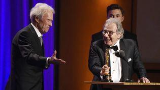 Lalo Schifrin reçoit un Oscar d'honneur des mains de Clint Eastwood (Los Angeles, le 19 novembre 2018)  (Chris Pizzello / AP / SIPA)