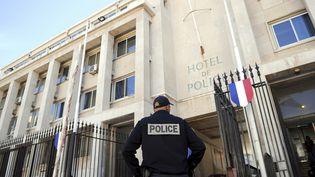 Photo d'illustration d'un policier devant les locaux de l'Hôtel de police de Marseille. (ANNE-CHRISTINE POUJOULAT / AFP)