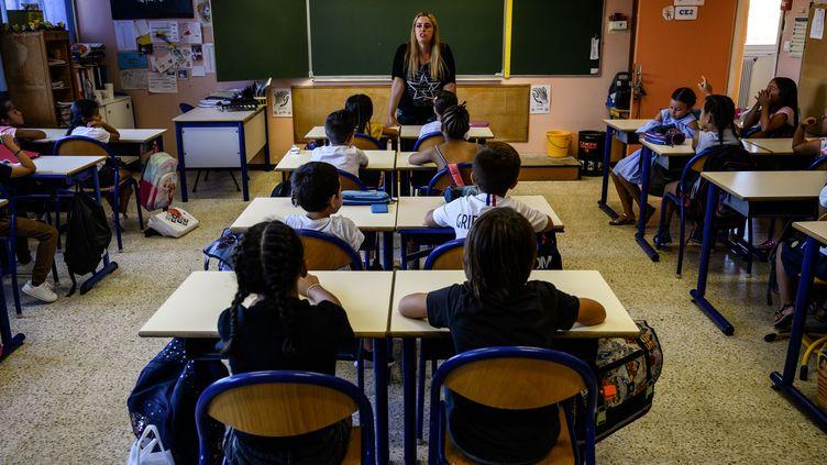 Des enfants écoutent leur enseignante dans une école de Marseille, le jour de la rentrée scolaire, le 2 septembre 2019. (CHRISTOPHE SIMON / AFP)