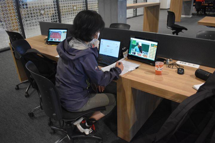 La journalisteUchida Akatsuki, au travail dans le centre de presse de Roland-Garros, regrette la décision de Naomi Osaka. (Hortense Leblanc)