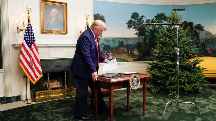 Donald Trump s'asseoit à son bureau, à la Maison Blanche, le 26 novembre 2020. (ERIN SCOTT / REUTERS)
