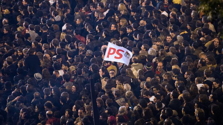 Des partisans de François Hollande célèbrent sa victoire place de la Bastille, à Paris, le 6 mai 2012. (BERTRAND LANGLOIS / AFP)
