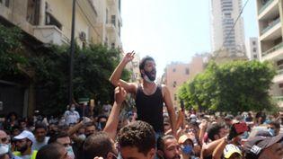 Les Libanais demandent au président français Emmanuel Macron, en visite à Beyrouth (Liban), de les débarrasser de leur classe dirigeante, le jeudi 6 août. (NATHANAEL CHARBONNIER / ESP - REDA INTERNATIONALE)