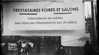 Mardi 16 mars, des intermittents de l'événementiel ont manifesté devant les halles d'exposition de la Porte de Versailles à Paris. Ils réclament des aides de l'État. (FRANCEINFO)