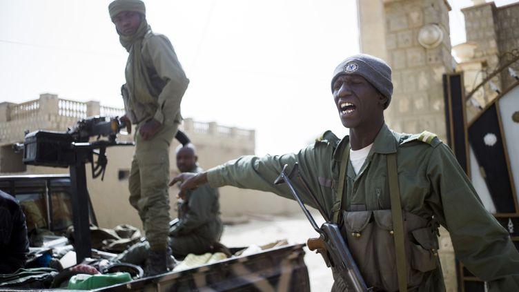 Des soldats maliens patrouillent dans Tombouctou (Mali), le 1er février 2013. (FRED DUFOUR / AFP)
