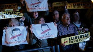 Manifestants contre l'emprisonnement de prisonniers politiques catalans à Barcelone (Espagne), le 2 novembre 2017. (PAU BARRENA / AFP)