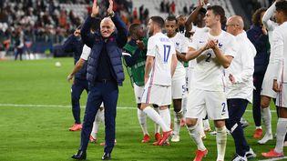 Didier Deschamps et ses joueurs saluent les supporters français présents à Turin, jeudi 7 octobre. (FRANCK FIFE / AFP)
