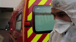 Avec désormais près de 400 interventions par jour en Île-de-France, les pompiers sont également en première ligne pour lutter contre l'épidémie de coronavirus. Immersion avec la caserne de Ménilmontant, à Paris, ce dimanche 29 mars. (France 2)