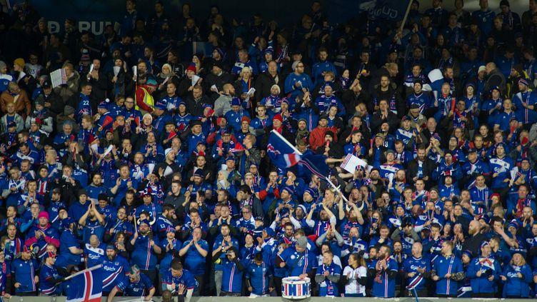 Les fans islandais célèbrent dans la liesse la qualification de leur équipe le 9 octobre 2017, à l'issue de la rencontre avec le Kosovo. (ASGEIR ASGEIRSSON / X03849)