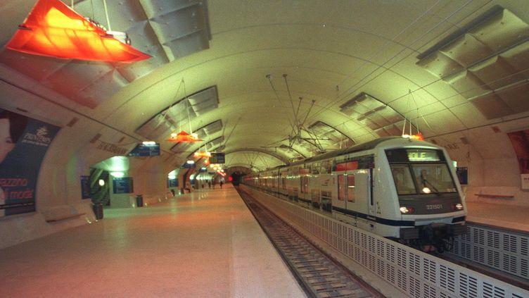 L'usager du RER E décédé après son interpellation jeudi 3 novembre en gare Haussmann-Saint-Lazare se serait montré agressif avec les autres passagers. (THOMAS COEX / AFP)