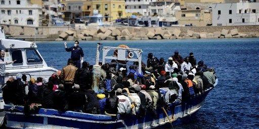 Arrivée d'un bateau de migrants sur la petite île italienne de Lampedusa, située entre les côtes africaines et la Sicile (avril 2011). (FILIPPO MONTEFORTE/AFP)