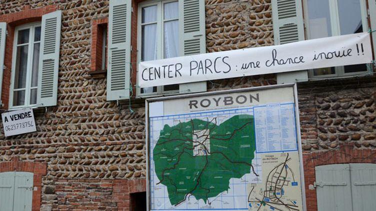 (Une banderole qui soutient le projet de Center Parcs à Roybon © Maxppp)