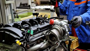 Chaîne de fabrication de moteurs automobiles en France à Douvrin (Nord). (PHILIPPE HUGUEN / AFP)