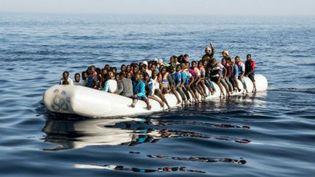 Un bateau de migrants au large de la Libye, en 2017. (Taha JAWASHI / AFP)