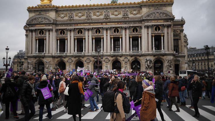 Des manifestants contre les violences faites aux femmes devant l'Opéra de Paris, samedi 24 novembre 2018. (CHRISTOPHE PETIT TESSON / EPA / AFP)