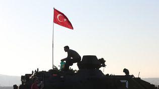 Des soldats sur un véhicule blindé, près de l'aéroport d'Istanbul (Turquie), le 16 juillet 2016. (ISA TERLI / ANADOLU AGENCY / AFP)