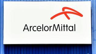 Le logo de l'aciérie ArcelorMittal, le 23 juillet 2019, à Taranto en Italie. (TIZIANA FABI / AFP)